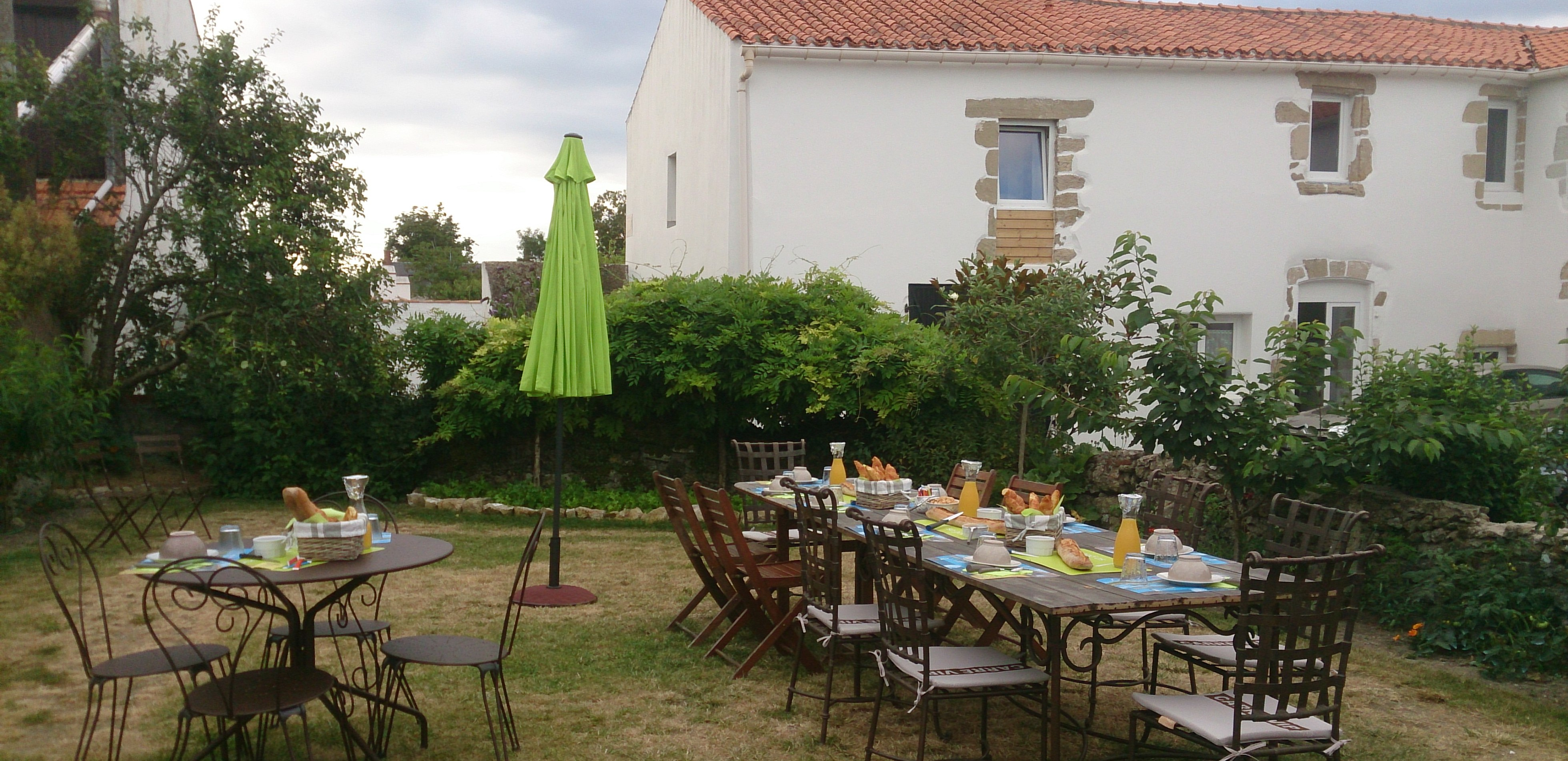 Petit déjeuner au jardin